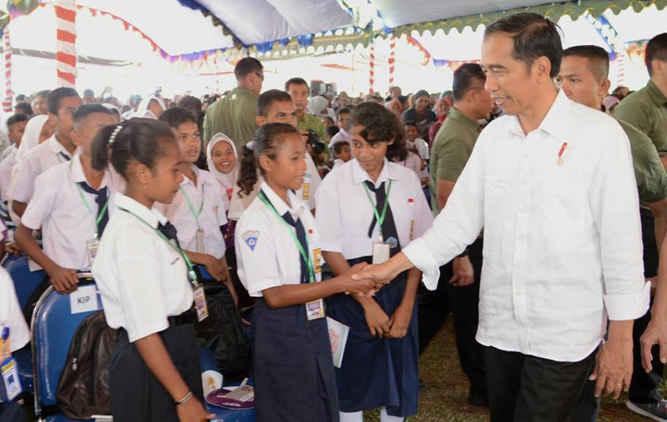 Presiden Joko Widodo didampingi Ibu Negara Iriana Jokowi membagi-bagikan hadiah berupa buku-buku bacaan, kaus dan souvenir hingga sepeda kepada warga beberapa desa di kabupaten Seram Bagian Barat SBB) yang dikunjunginya, Rabu (14/2).