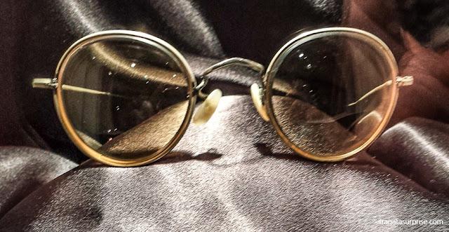 óculos de John Lennon exposto no museu The Beatles Story, em Liverpool