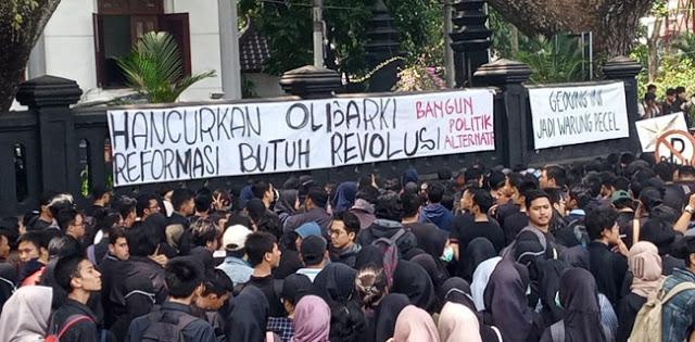 Mahasiswa Malang Turun, Kantor DPRD Disegel Jadi Warung Pecel