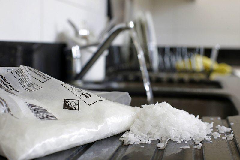 Por qué usar soda cáustica en un lavaplatos es malo para todo el edificio