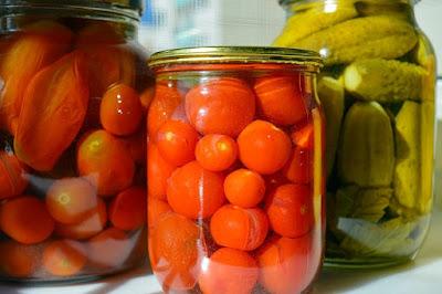 kaleng makanan, kaleng buah, menyimpan makanan, persediaan bahan makanan, bahan makanan, stok bahan makanan, resep menympan makanan di dapur, menyimpan makanan di dapur