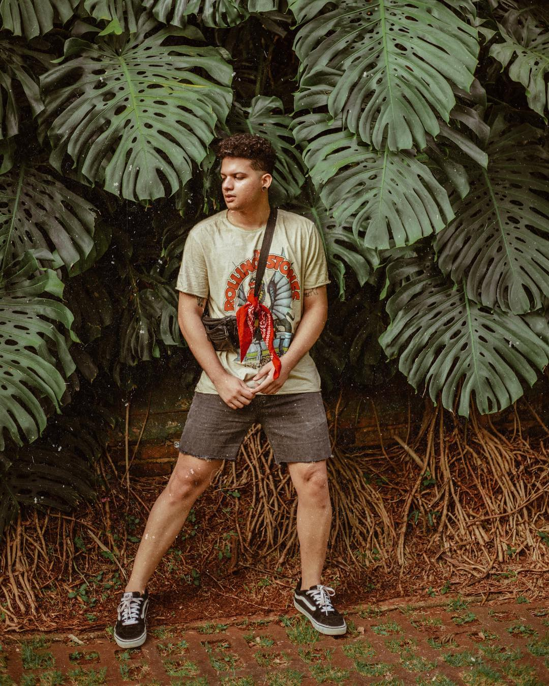 Look Masculino Verão Retro Vintage com pochete bandana e vans