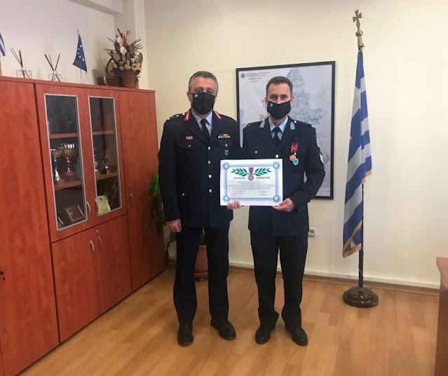 Σε ειδική και λιτή, λόγω των ισχυουσών υγειονομικών μέτρων, τελετή, που πραγματοποιήθηκε σήμερα (23-04-2021) στην έδρα της Γενικής Περιφερειακής Αστυνομικής Διεύθυνσης Ηπείρου, τιμήθηκε με τον «Αστυνομικό Σταυρό» ο Αρχιφύλακας ΤΖΙΜΑΣ Ιωάννης του Αστυνομικού Τμήματος Φαναρίου Πρέβεζας, κατόπιν Προεδρικού Διατάγματος που εκδόθηκε για εξαίρετη δραστηριότητα που επέδειξε κατά τη διάρκεια των καθηκόντων του, εκθέτοντας αποδεδειγμένα τη ζωή του σε κίνδυνο.