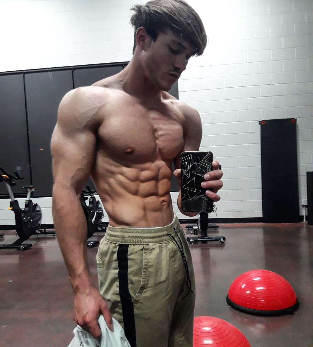 hot-barechest-gym-guys-jason-bjarnson-ripped-sixpack-abs-selfie