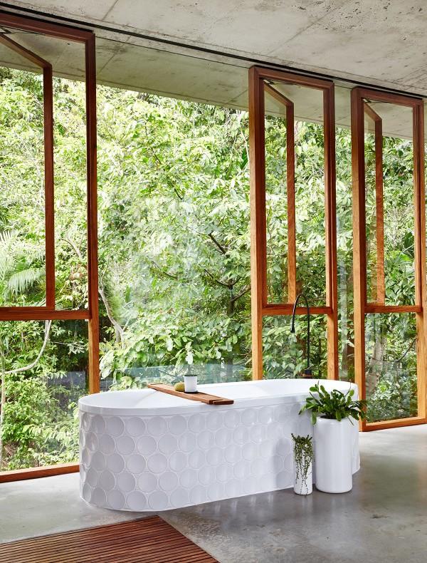 bañera exenta de diseño frente a la ventana chicanddeco