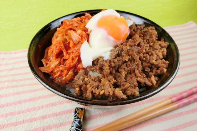 【人気の丼レシピ】肉味噌とキムチにとろける温泉卵のせたスタミナ丼