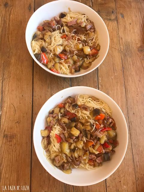 Fideos con verduras y jamón