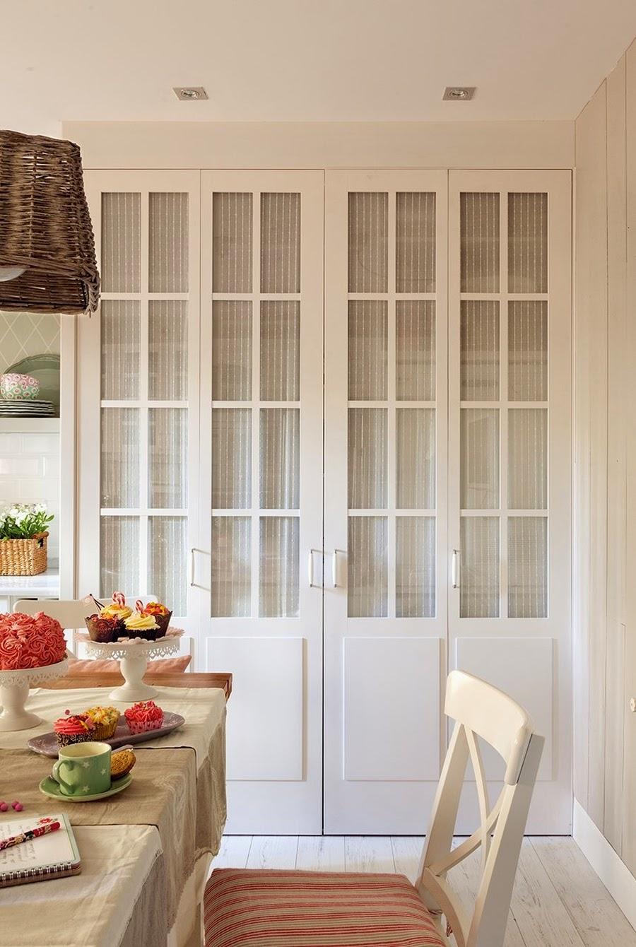 wystrój wnętrz, home decor, wnętrza, dom, mieszkanie, aranżacja, biała kuchnia, dodatki, stół, krzesła, szafa, schowek
