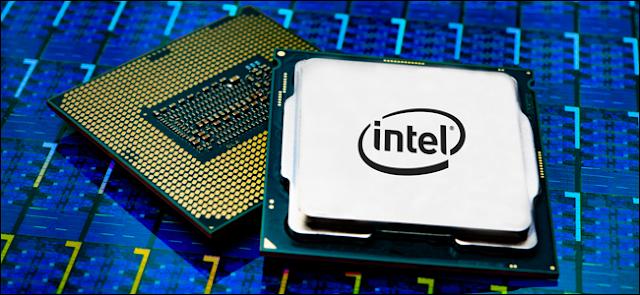 حزمة معالج Intel Core i9 على خلفية زرقاء.