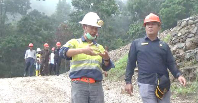 Jamalus Yatim meninjau lokasi tambang emas di Nagari Tambang didampingi Kepala Teknik Tambang PT Dempo Maju Cemerlang, Hendra