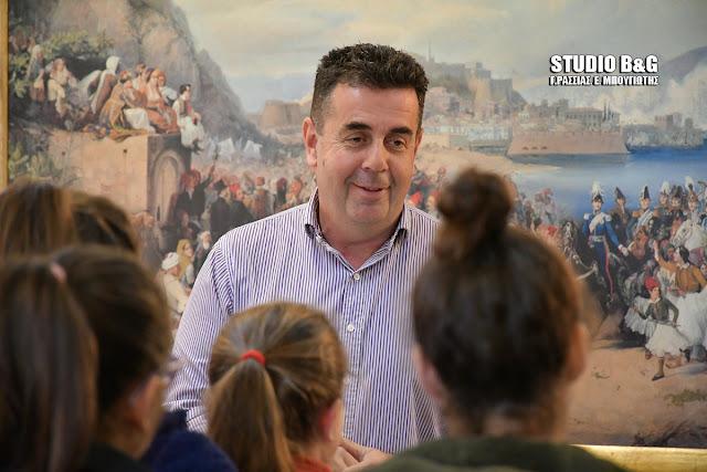 Μαθητές του 6ου Δημοτικού σχολείου είπαν τα κάλαντα στον Δήμαρχο Ναυπλιέων