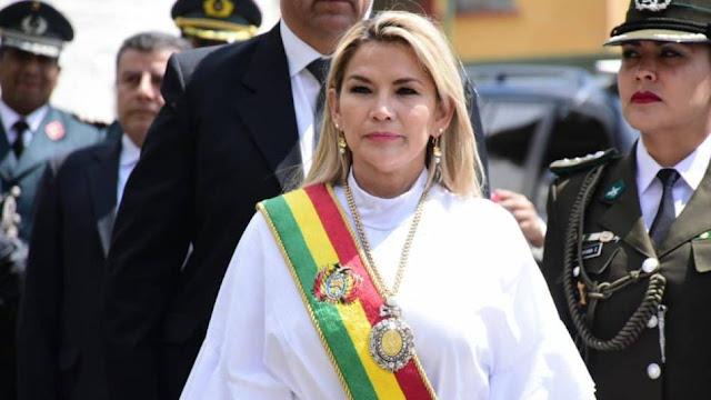La presidenta de facto de Bolivia festeja la inhabilitación electoral de Evo Morales