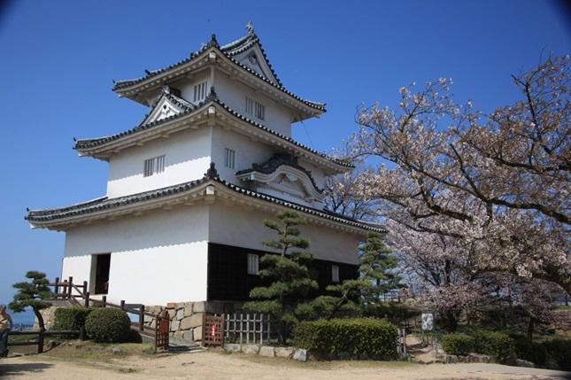 ปราสาทมารุกาเมะ (Marugame Castle: 丸亀城)