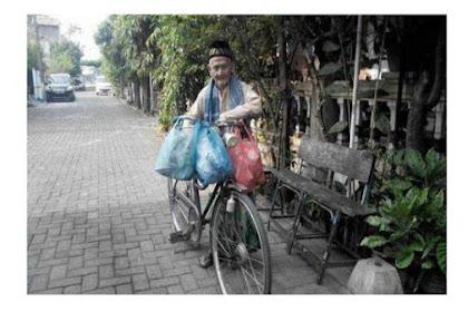 seorang kakek berusia 92 tahun yang selalu sedekah ratusan nasi bungkus di Hari Jumat.