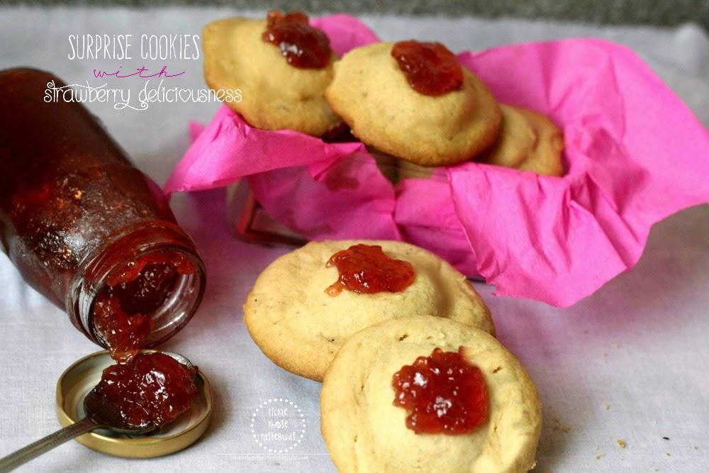 Surprise-Cookies-with-Strawberry-Oreo-Ticklethosetastebuds
