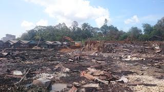Pasca Kebakaran Sungai Bali PT Silo Bantu Bersihkan Puing Bangunan