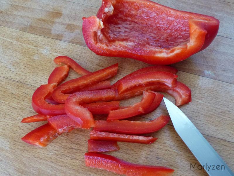 Coupez le poivron en lamelles.
