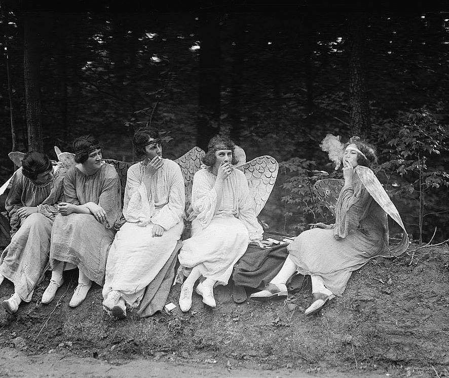 adc62e0f95 ... pintura do artista norte-americano Lynn Curlee inspirada em uma  fotografia de 1928 que mostrava algumas mulheres vestidas como anjos e  fumando cigarros ...