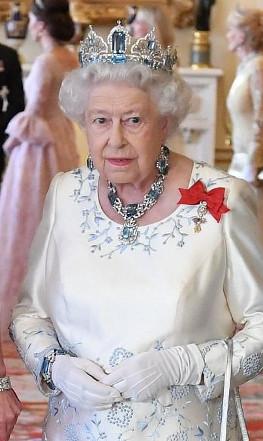 Rita guandalini la regina con l 39 orecchino di perla for Quanto costa la corona della regina elisabetta