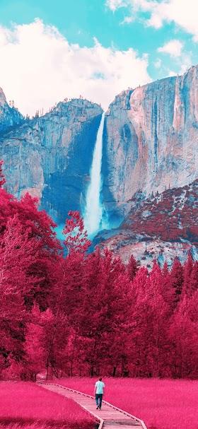خلفية أشجار الخريف أسفل شلال الجبل الخلاب