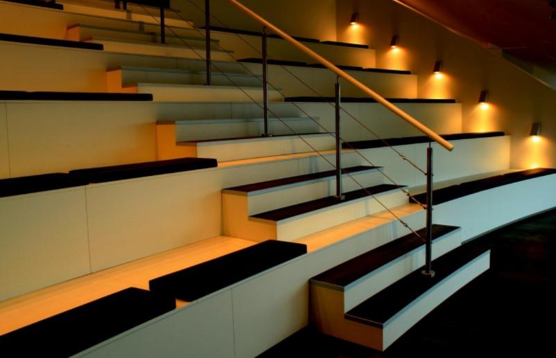 Iluminaci n y l mparas en madrid ideas para iluminar las for Apliques de led para escaleras