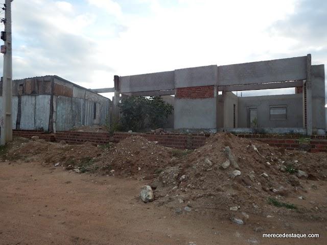 Creche que deveria estar funcionando há 2 anos continua abandonada, em Santa Cruz do Capibaribe