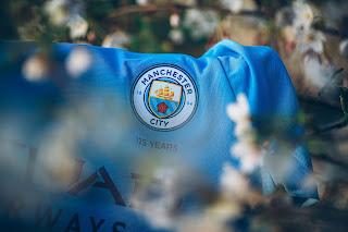شعار مانشستر سيتي على القميص الجديد 2022