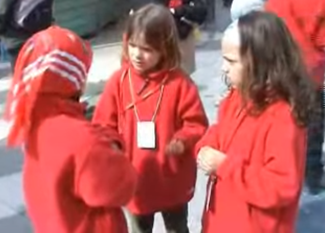 Tres niñas sordas discutiendo en lengua de signos