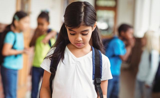 Menina na escola rejeitada socialmente afeta raciocínio e diminui desempenho em tarefas de inteligência