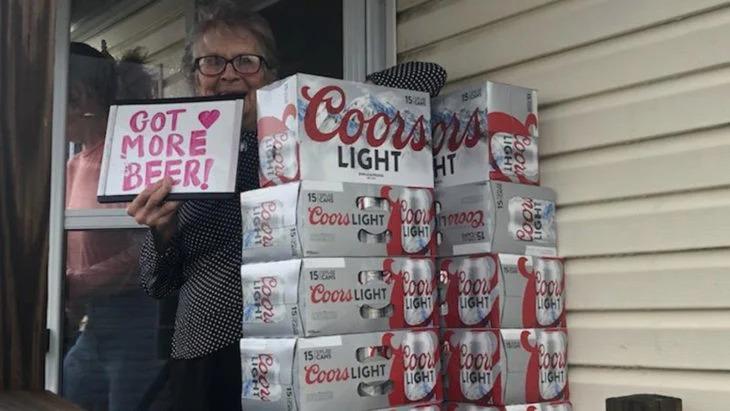 Abuelita se queda sin cervezas en la cuarentena, pide más y le llegan 150 latas a su casa