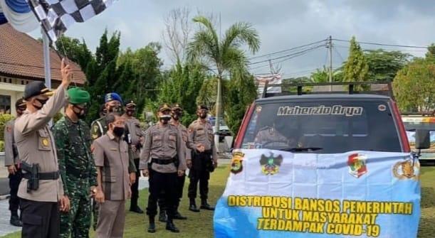 Polwan Polres Lampung Utara membagikan sembako kepada warga terdampak Covid