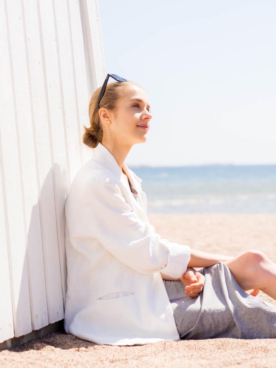 grey-dress-linen-blazer-ray-ban-wayfarer-fashion-blogger-outfit-harmaa-mekko-pellava-bleiseri-aurinkolasit-muoti-muotiblogi-hanko-kesä