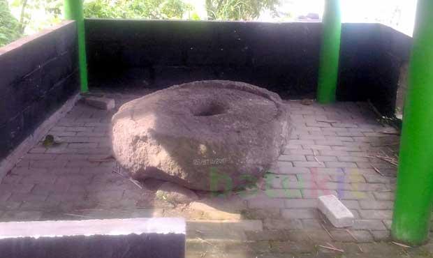 Peninggalan prasejarah lumpang batu di Jalan Sawahan Bawah Desa Beji Kecamatan Junrejo Kota Batu. Kondisi lumpang batu berdiameter sekitar satu meter ini masih terpelihara. (Foto: BATUKITA.com)