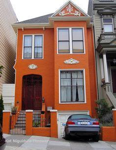 บ้านหน้าแคบสีส้ม