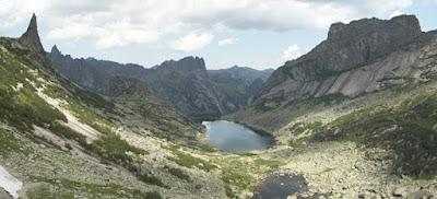 Представляет собой массив разнонаправленных грив, отрогов, в значительной степени обработанных ледником. Горный рельеф в центральной части Ергаков на периферии сменяется гольцовым с отдельно расположенными горами и отрогами более плавных очертаний с пенепленом на вершинах. Отдельные горные пики имеют причудливые очертания и собственные имена: Звёздный (наивысшая вершина Ергаков), Зуб Дракона, Птица, Парабола, Молодёжный, Зеркальный и др. Неповторимость Ергакам придают множество озёр, как правило каровых, ледникового происхождения. Наиболее известны: Буйбинские озёра (Радужное, Каровое, Светлое), Мраморное (Тушканчик), Золотарное, Горных Духов. Наиболее крупные озёра — Большое Буйбинское, Большое Безрыбное и Светлое.  Символ парка - логотип с изображением кабарги на фоне горных вершин.  Природный парк Ергаки расположен в центре континента, что накладывает отпечаток на его природу: континентальность климата, господство бореальной растительности, характерные черты флоры и фауны. Большое влияние оказывает и фактор рельефа. Парк расположен в пределах Западного Саяна, причём за счёт своей протяжённости охватывает различные высотные горные пояса. Протяжённость с севера на юг составляет 75 км, а по долготе — около 100 км. Это существенно увеличивает разнообразие природных условий и, как следствие, разнообразие живой природы: видов растений, животных и грибов. При этом северная половина парка находится на северном макросклоне горной системы и получает максимальное количество осадков, в то время, как южная часть ООПТ находится в дождевой тени. За счёт высокой влажности климат северных районов парка более мягкий, слабо континентальный, в то время как на юге континентальность резко возрастает.  Название «Ергаки» в подобном написании — молодое. Еще в начале ХХ века на географических картах и в печатных изданиях это название выглядело как «Иргаки». По распространенной версии «Ергаки» связывают с тувинским словом «эргек» («улуг-эргек») — большой палец. С этим словом сравнивают наи
