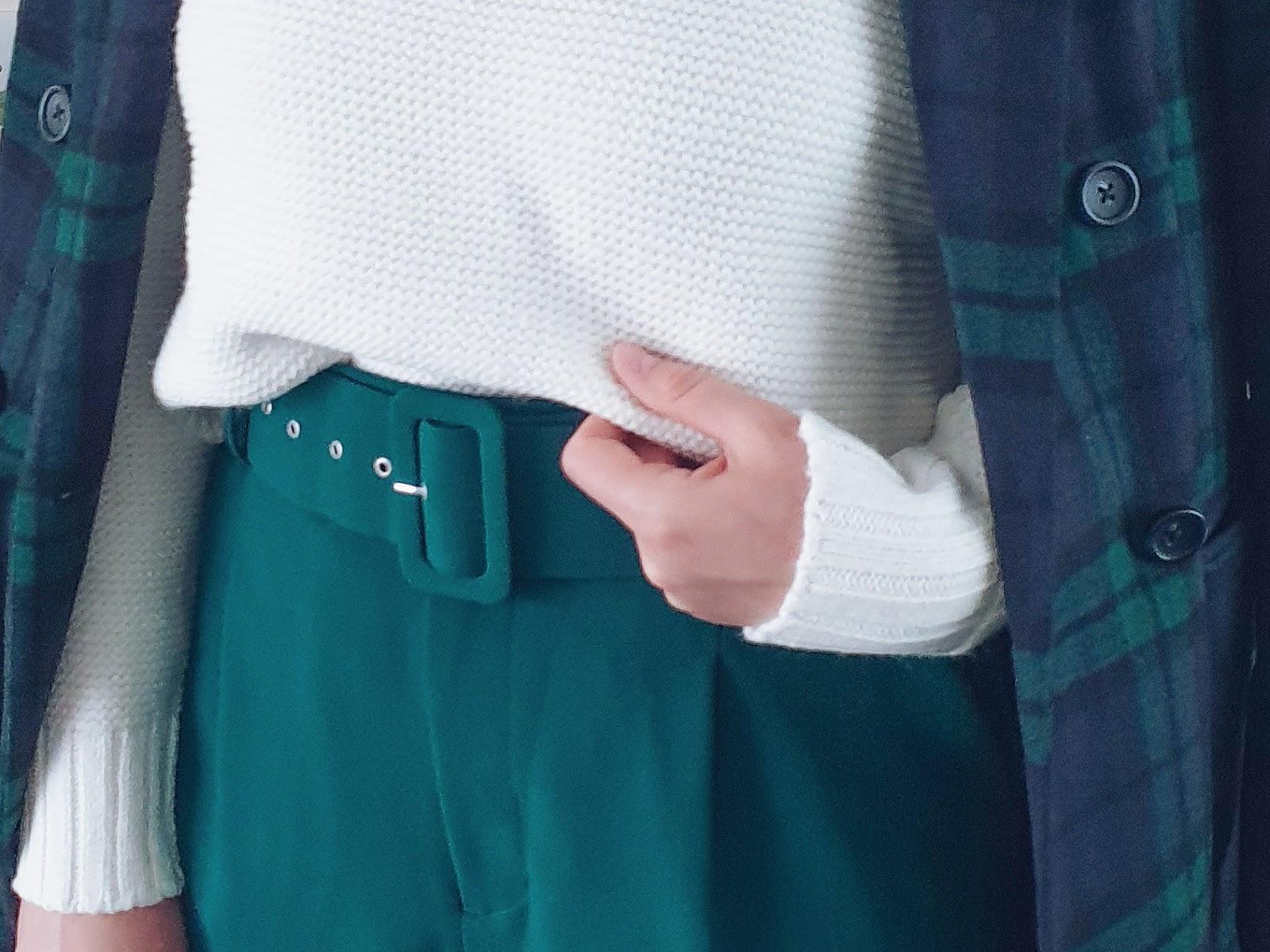 Białe botki i płaszcz w kratę czyli elegancka jesienna stylizacja
