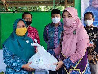 Desa Malaka-Teluk Nara, Bunda Niken Luncurkan Bantuan untuk Guru Non PNS/Sertifikasi