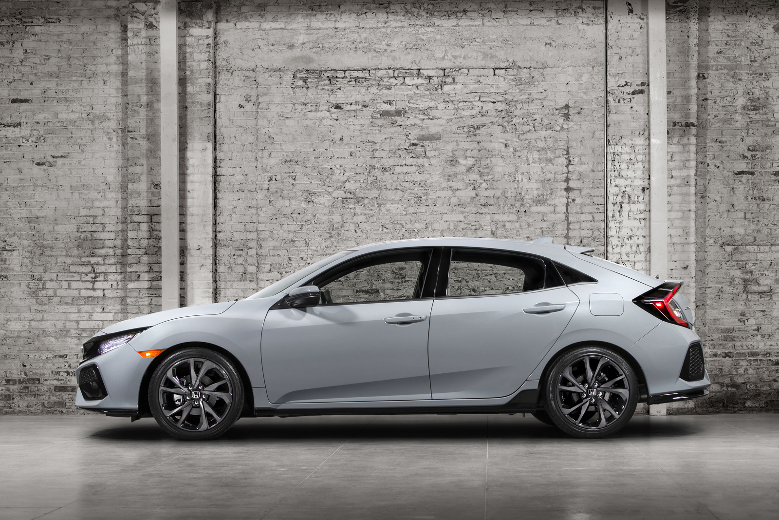 Honda reveals 2017 civic hatchback landing at us dealers for Honda civic dealership