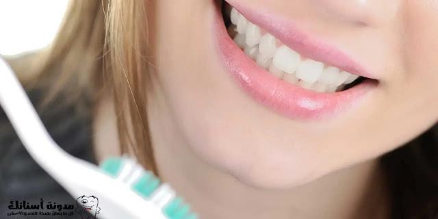 8 طرق طبيعية لجعل أسنانك أكثر بياضًا في المنزل