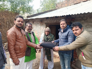 जरूरतमंदों को कंबल देने घर घर पहुंचे समाजसेवी | #NayaSaberaNetwork