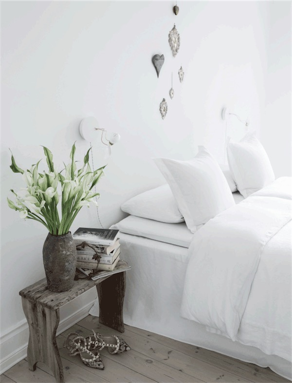 dormitorio con atrezzos en blanco chic and deco