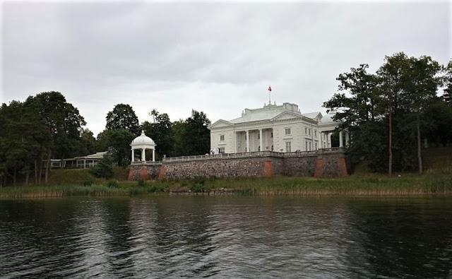 manor house vista dalla barca