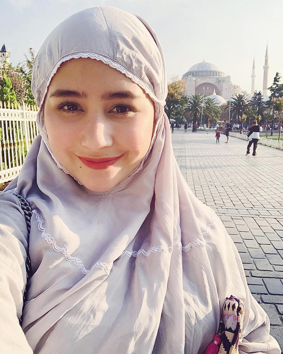 Agama Prilly Latuconsina Islam pakai Mukena