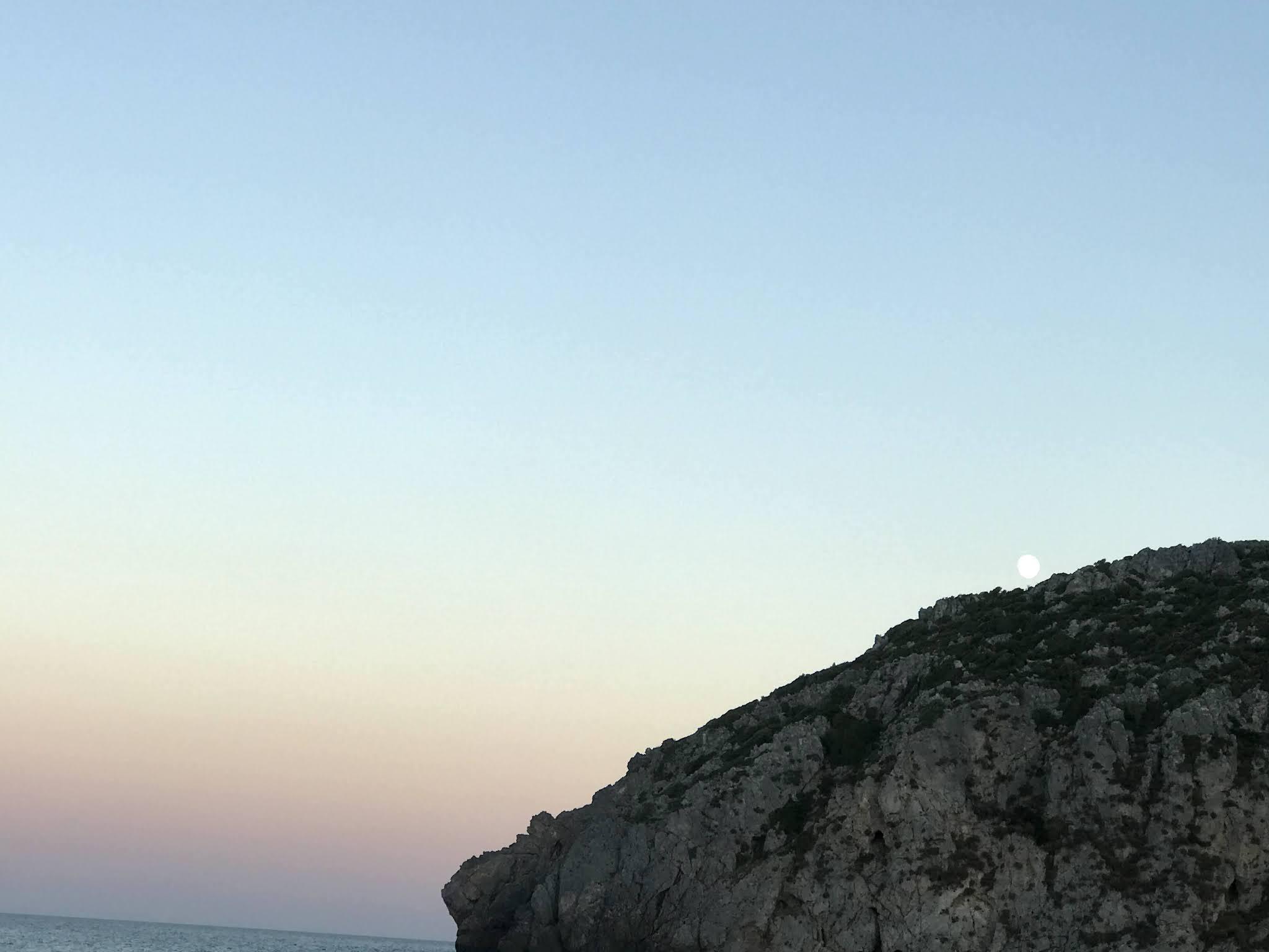 Η παραλία του Αγίου Μερκουρίου βρίσκεται στον ομώνυμο οικισμό της τοπικής κοινότητας Οκτωνιάς του Δήμου Κύμης – Αλιβερίου. Αποτελεί προέκταση της παραλίας της Μουρτερής και καταλήγει στον βράχο Κεφάλα που δίνει και το όνομα του στο δεξί άκρο της παραλίας. Ο βράχος με τα χαρακτηριστικά ανθρώπινου προσώπου (ξεχωρίσουν μάτια, μύτη και στόμα) που κοιτάζει την θάλασσα αποτελεί σημείο αναφοράς στην παραλία.
