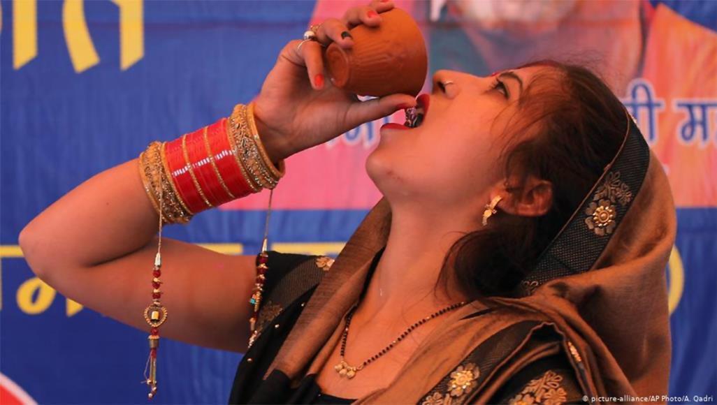 الهند -شرب -بول -البقر -في -حفلة -للوقاية -من -فيروس -كورونا