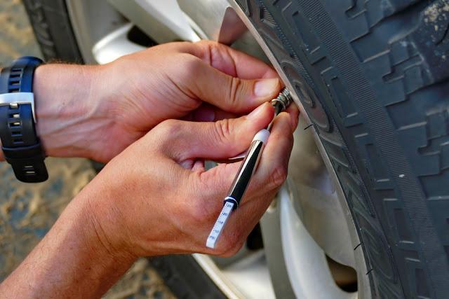 Reifendruck anpassen Auto 4x4 Reifen fahren 4WD Sand