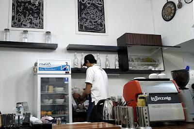 Barista di Lekker Doughnuts sedang menyiapkan kopi