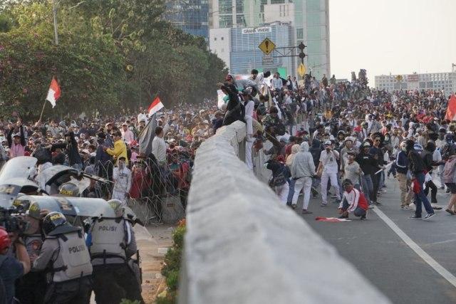 Maghrib, Demo Pelajar Lempar Batu dan Petasan ke Kantor Polisi