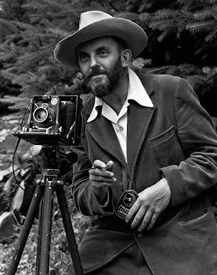 Ansel Adams - Fotógrafo profesional con su equipo