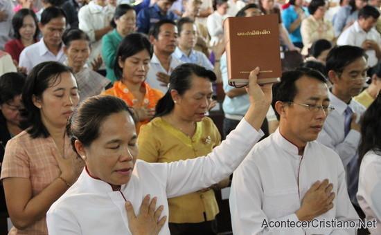Cristianos adorando a Dios en iglesia de Laos